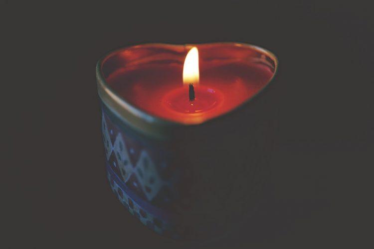 Pogrzeb, huragan Ksawery i mama w ciemnym domu